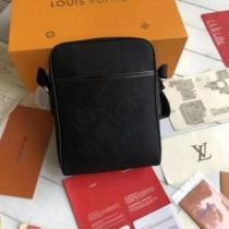 ルイヴィトン ショルダーバッグ コーデ 大人っぽいスタイルが完成 メンズ Louis Vuitton コピー ブラック コーヒー 日常 お買い得-1