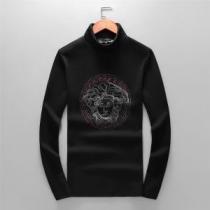 2020秋冬定番コーデ 重くならない冬のブラックコーデ ヴェルサーチ VERSACE 長袖Tシャツ-1