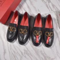 値引きセール新作 ヴァレンティノ靴コピー ロゴ付き VALENTINOスーパーコピーローファー 最安価格新品 セレブな雰囲気をプラス-1